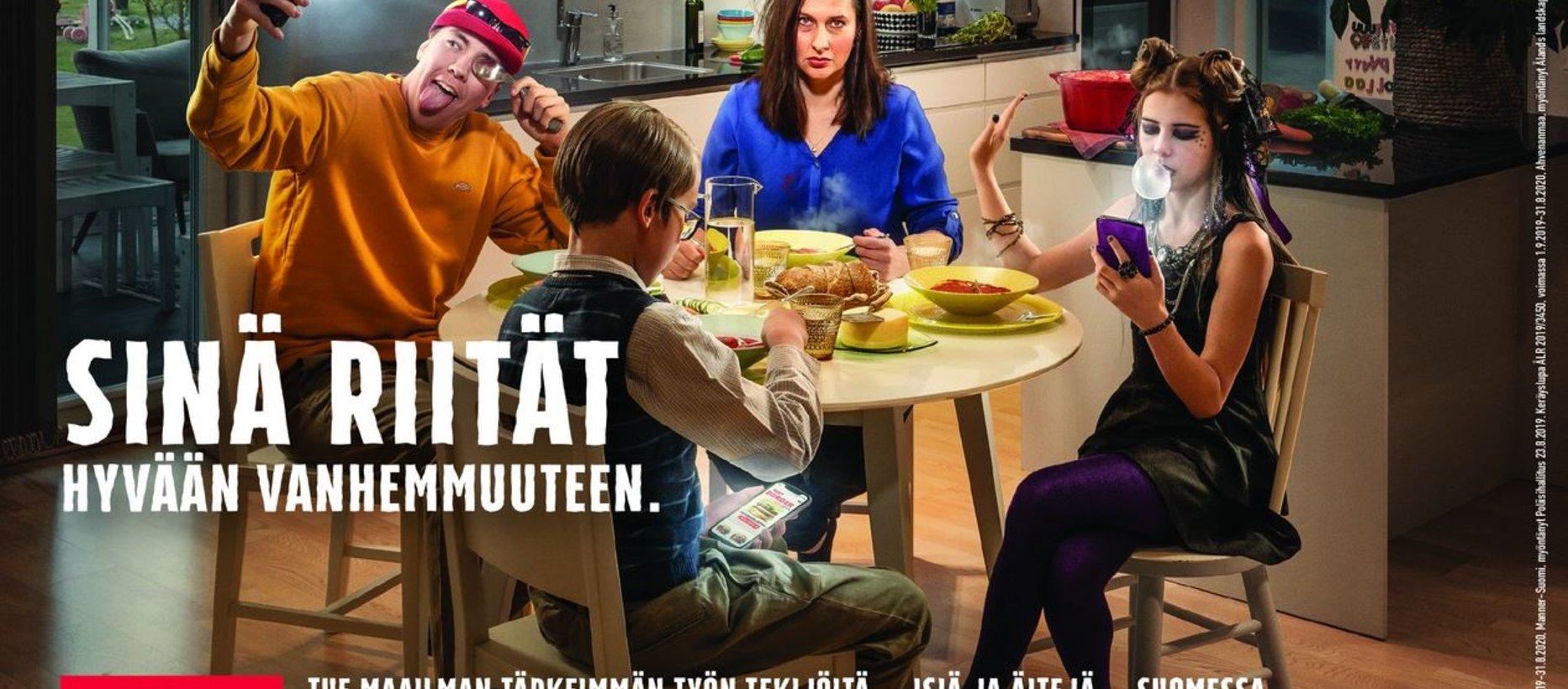 Perhe yhdessä ruokailemassa.